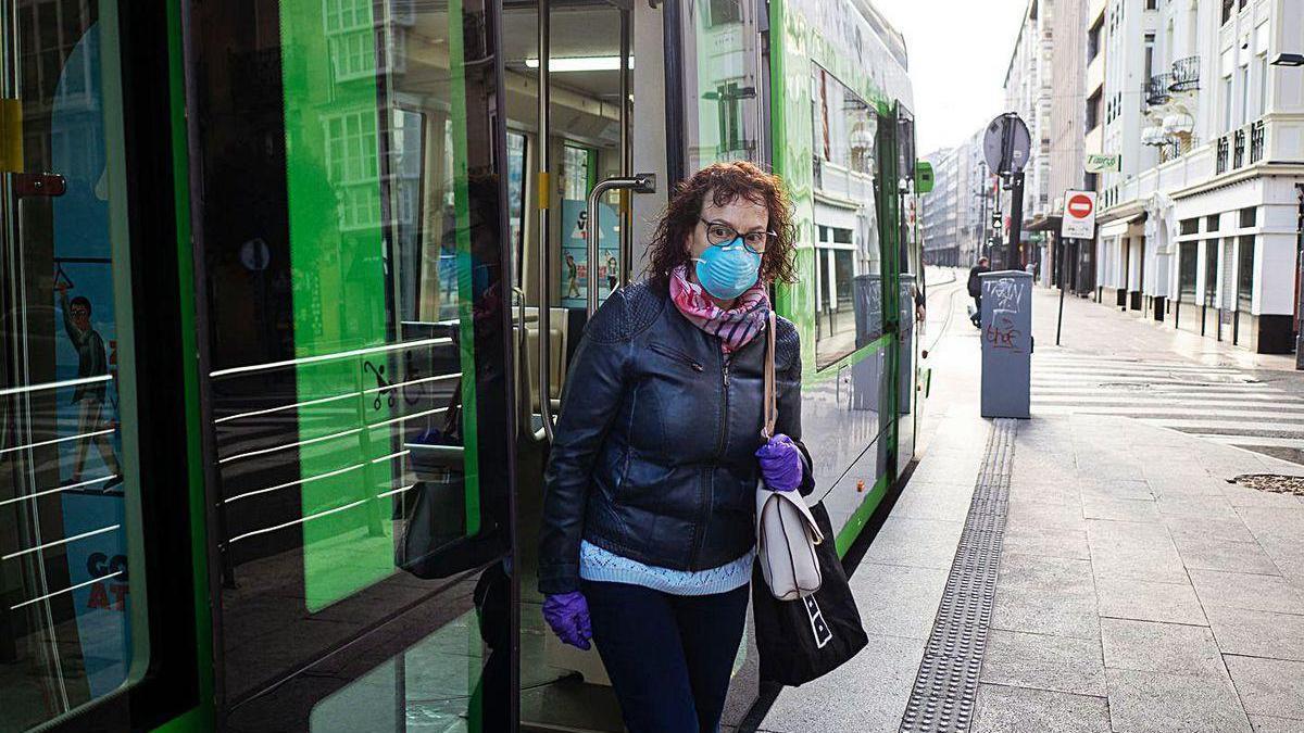 Una mujer, protegida con mascarilla en una calle de Vitoria, donde es ya obligatorio su uso.