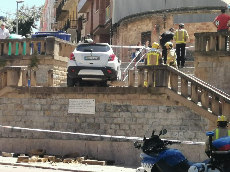 Un cotxe cau per les escales de la plaça Onze de Setembre