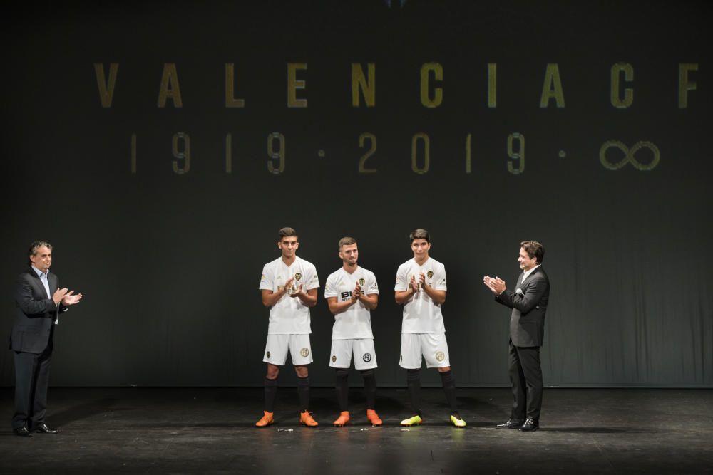 El Valencia CF presenta la equipación del centenario