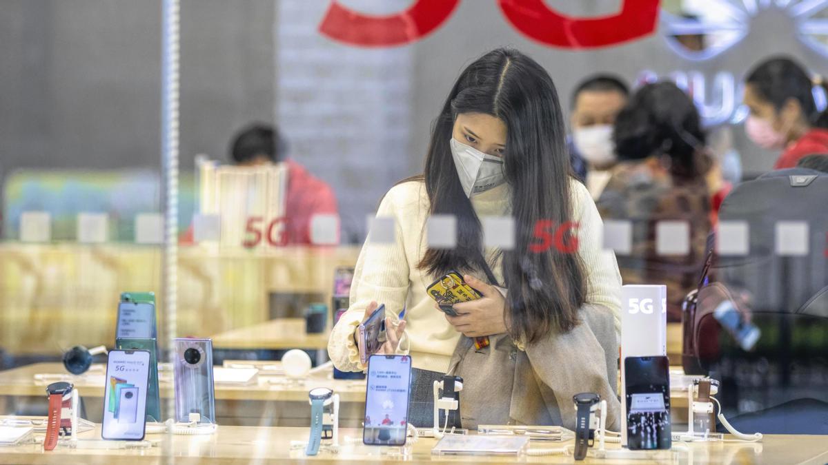 Una imagen de una tienda de Huawei en la ciudad china de Guangzhou.