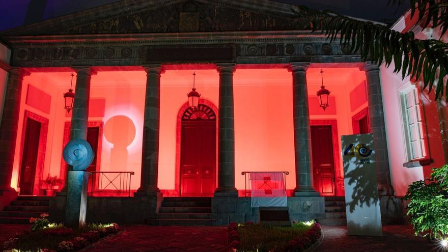 El Parlamento de Canarias 'se vuelve rojo'