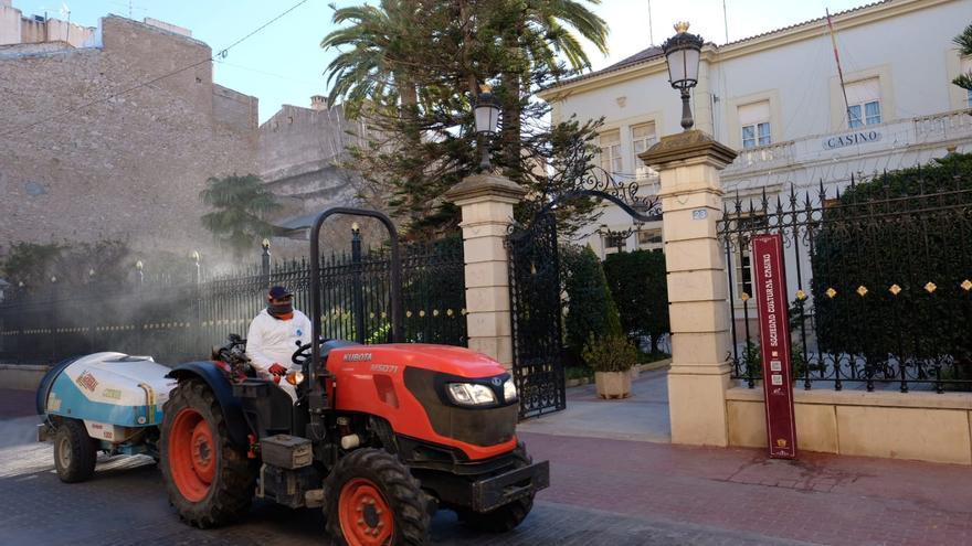 Los agricultores vuelven a desinfectar las calles de Novelda con sus tractores