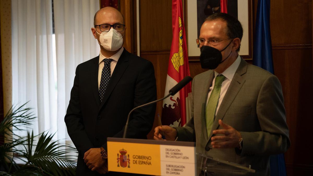 El nuevo jefe provincial de Tráfico, Alfonso Ibáñez junto a Ángel Blanco.
