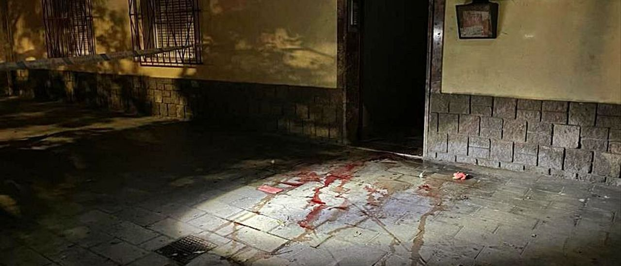 Restos de sangre en la calle Valle Inclán donde ocurrió la agresión.