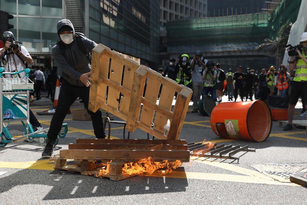 La violencia marcó este lunes una intensa jornada de huelga convocada por el movimiento de protesta hongkonés.