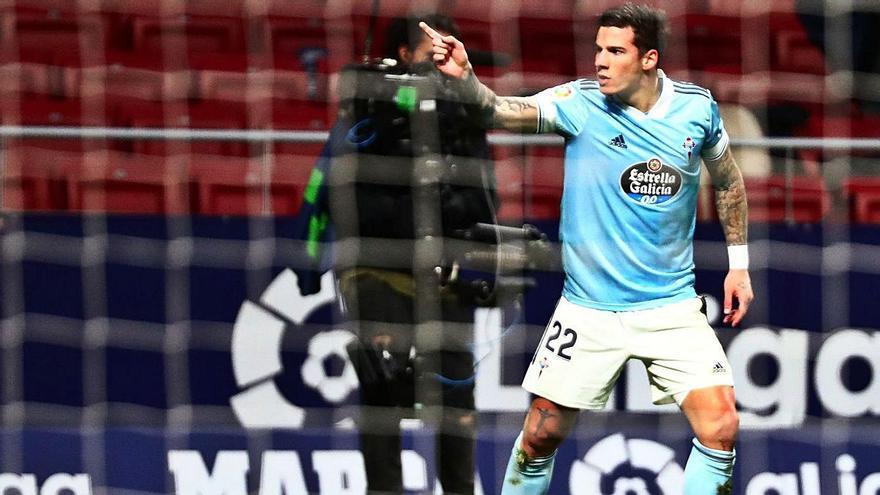 Santi Mina hace un gesto a las cámaras tras marcar el primer gol. |  // EFE