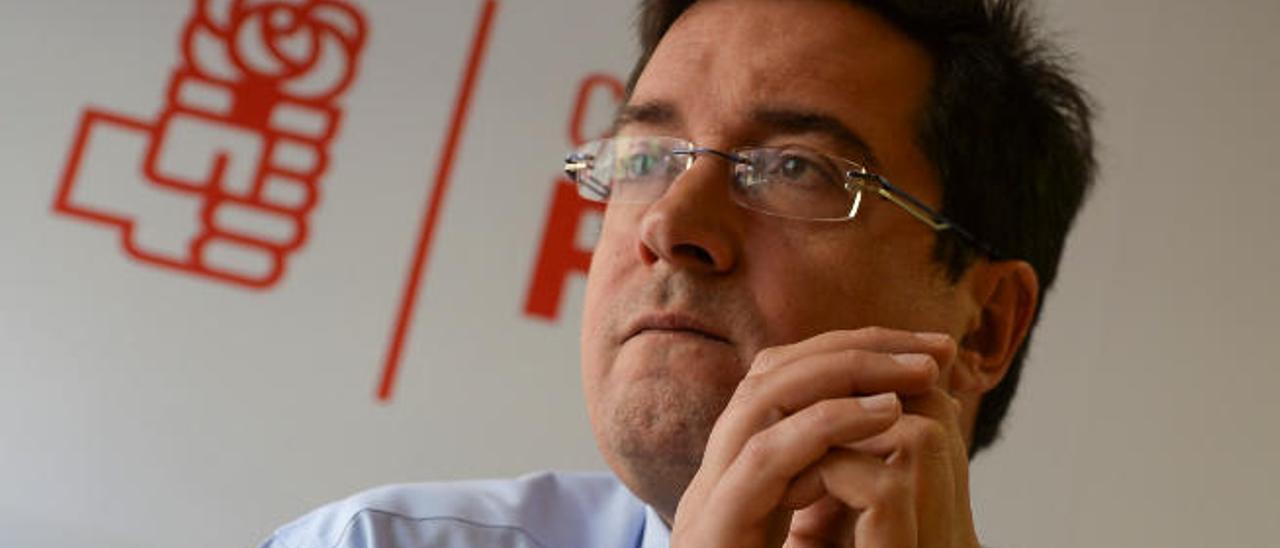 Óscar López, ayer durante la entrevista en la sede regional del PSOE.