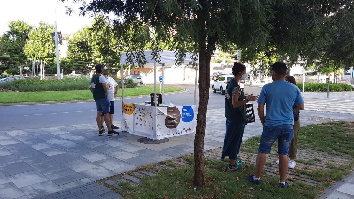 Punt informatiu de la campanya de sensibilització ciutadana sobre recollida de residus a Roses