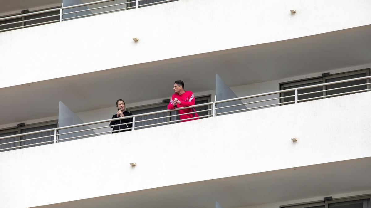 Turistas en el balcón de un hotel de Platja de Palma.