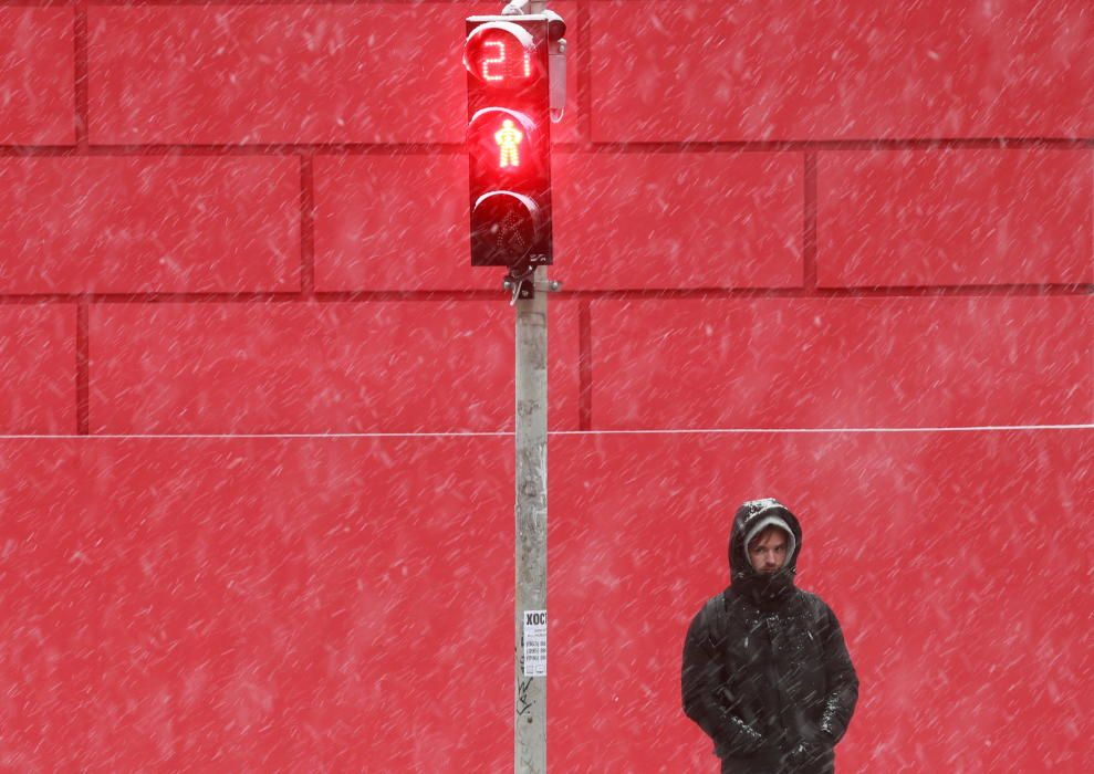 Un hombre junto a un semáforo en Ucrania