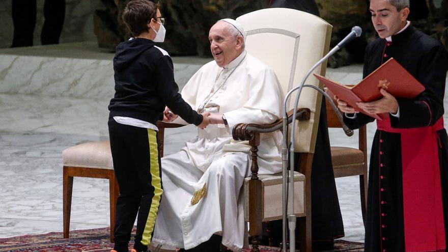 La persistencia de un niño para hacerse con el solideo del papa