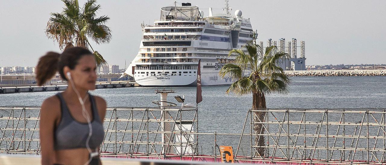 El puerto de Alicante recibió este martes al Aidastella, un barco con 1.400 pasajeros alemanes. |