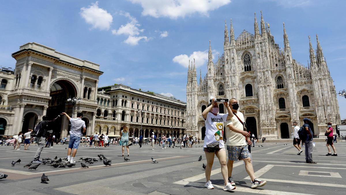 Turistas en el centro de Milan