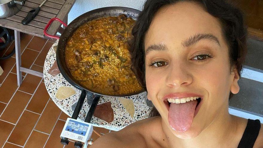 Rosalía se atreve hasta con la paella