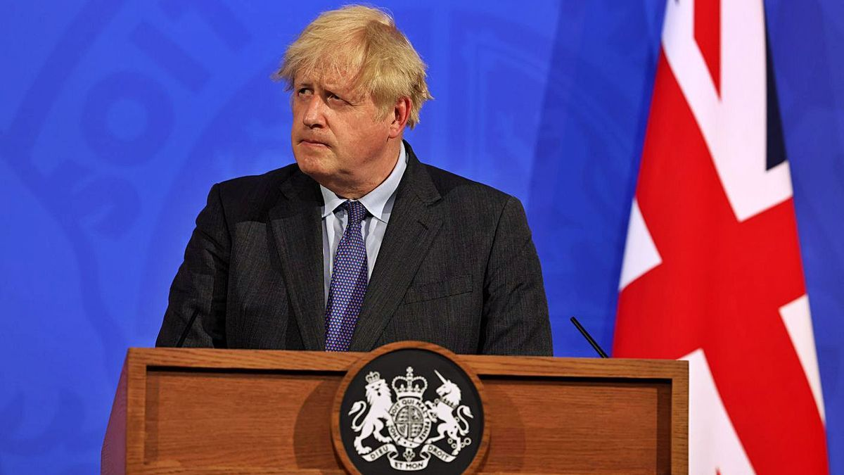 El primer ministro Boris Johnson en Londres durante la rueda de prensa. | JONATHAN BUCKMASTER / DPA