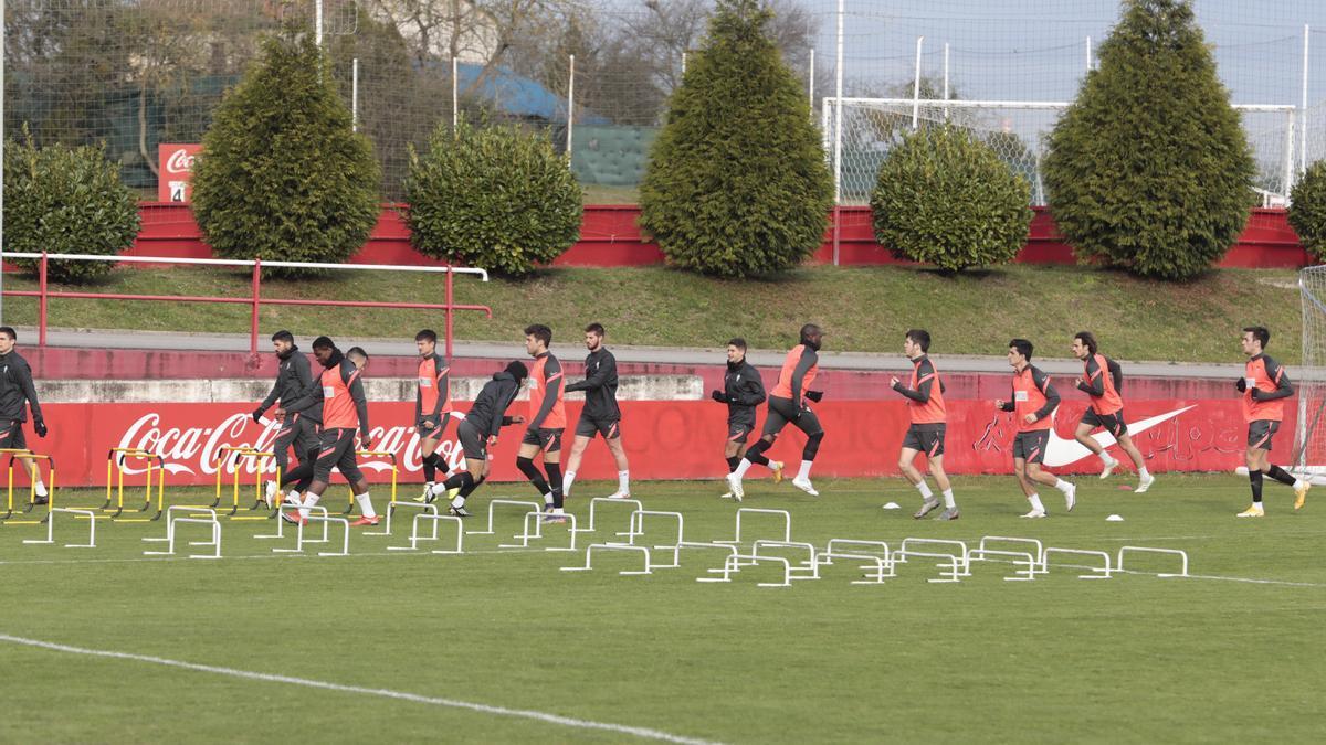 En primera fila, por la izquierda, Neftali, Nacho Méndez, Guille Rosas, Manu García y Pedro Díaz; al fondo, segundo por la derecha, Pelayo Suárez, durante el entrenamiento.
