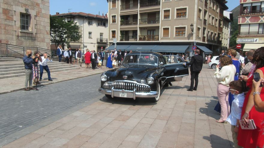 De boda en un espectacular Buick Roadmaster (1947): la sensación desde Gamonéu a Cangas de Onís