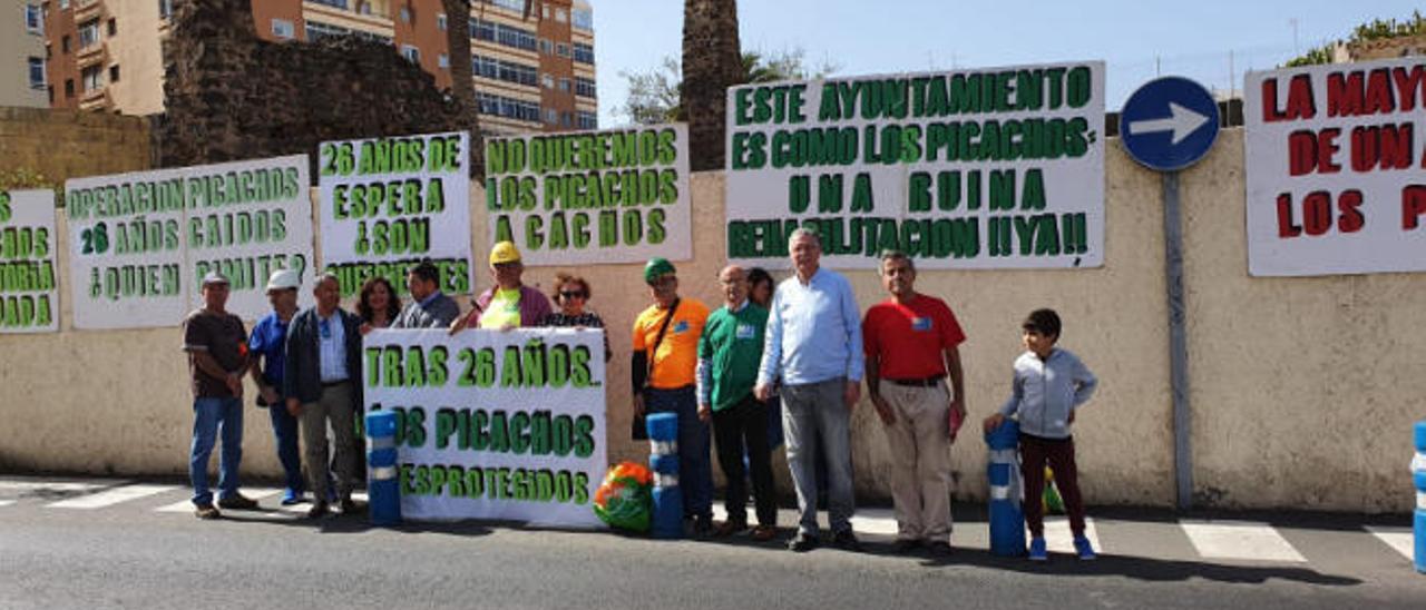 Miembros del colectivo Turcón, junto al alcalde (quinto a la izquierda), en una manifestación por Los Picachos.