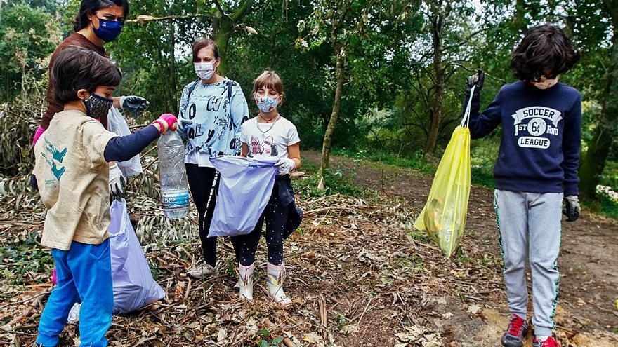La presencia de basura en el Umia se dispara de nuevo tras la tregua del confinamiento