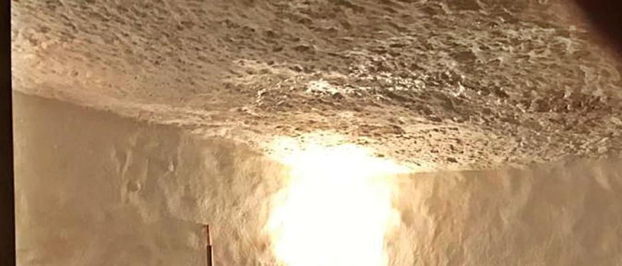 Goteras en una de las cuevas tras las últimas lluvias. | L-EMV