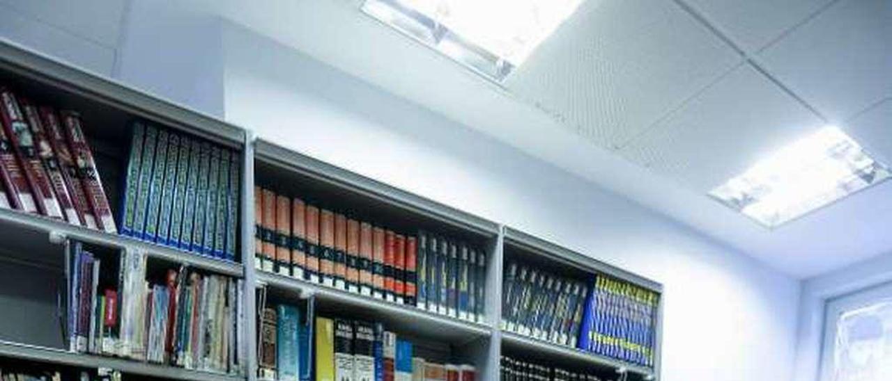 Los pequeños, ayer, en la biblioteca de Cancienes.