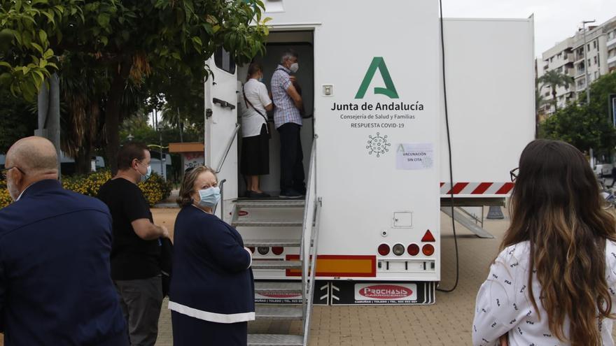 Salud acercará la vacunación frente a la gripe a las barriadas de Córdoba desplazando su unidad móvil