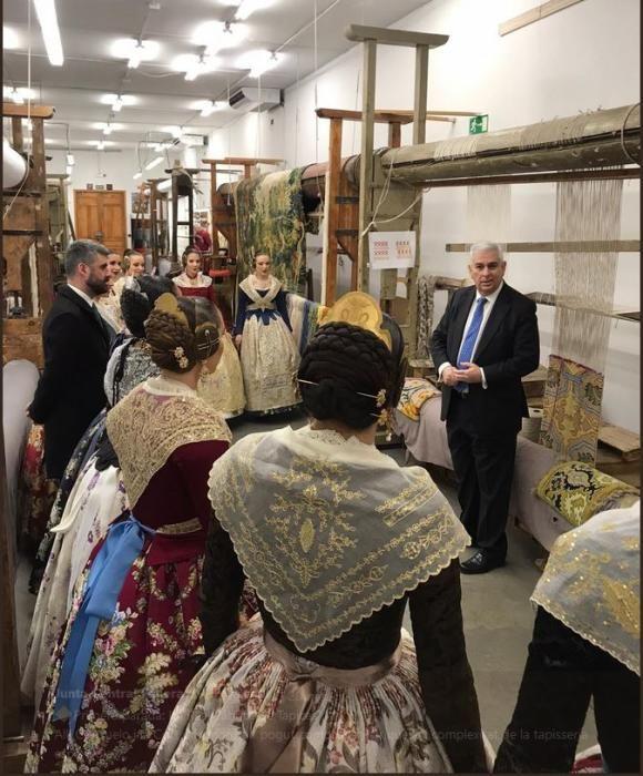 Consuelo y la corte visitan la Fábrica de Tapices y Fitur