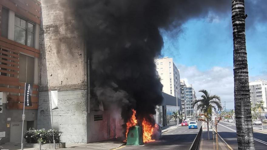 Arden cuatro contenedores en las inmediaciones de la Avenida Tres de Mayo