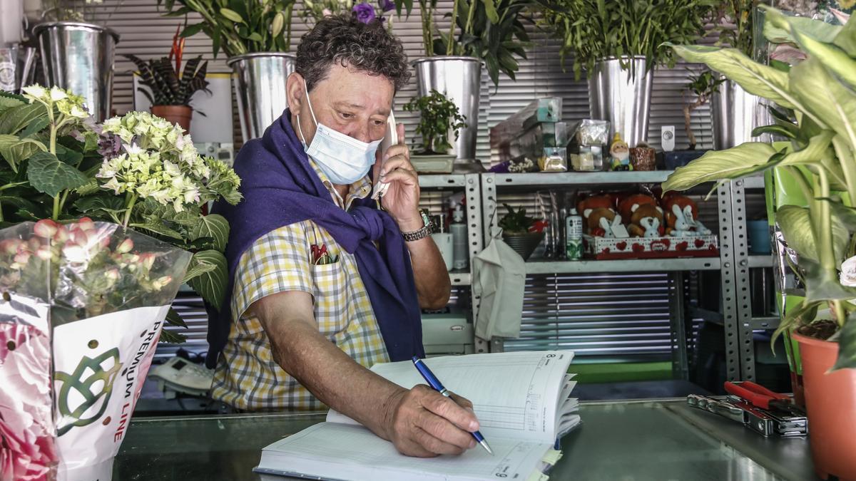Juan Vicente Pulido. El florista, ayer en su quiosco de Flores Juanvic.