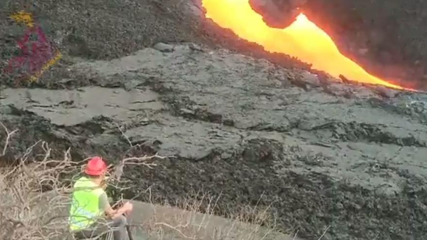 Un equipo de vulcanólogo accede a la fisura eruptiva del volcán de La Palma