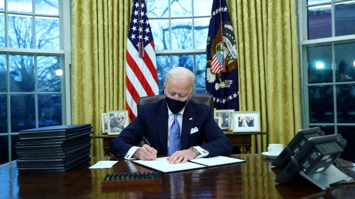 Biden permitirá a los transexuales volver a servir en el ejército