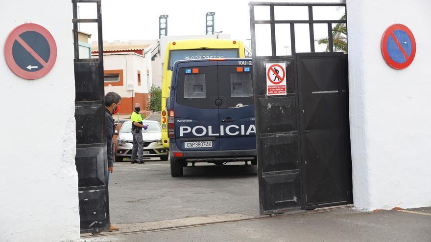 Comienza el desalojo de migrantes  de los hoteles al cuartel Canarias 50