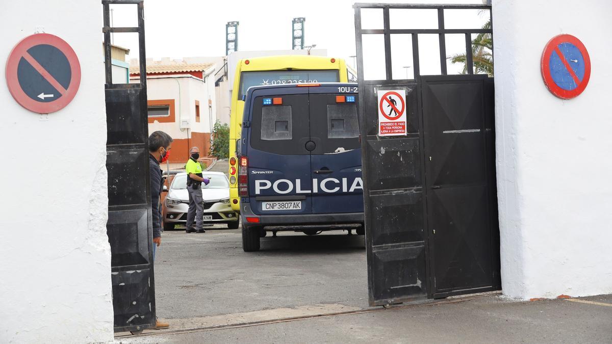 Llegada de la primera guagua con migrantes al 'Canarias 50'
