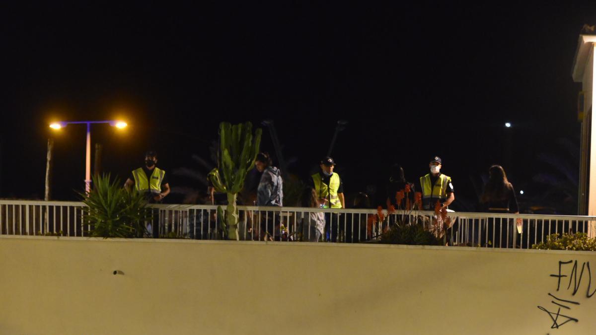 La Policía Local vigila el centro de Las Dunas de Cabo de Palos.