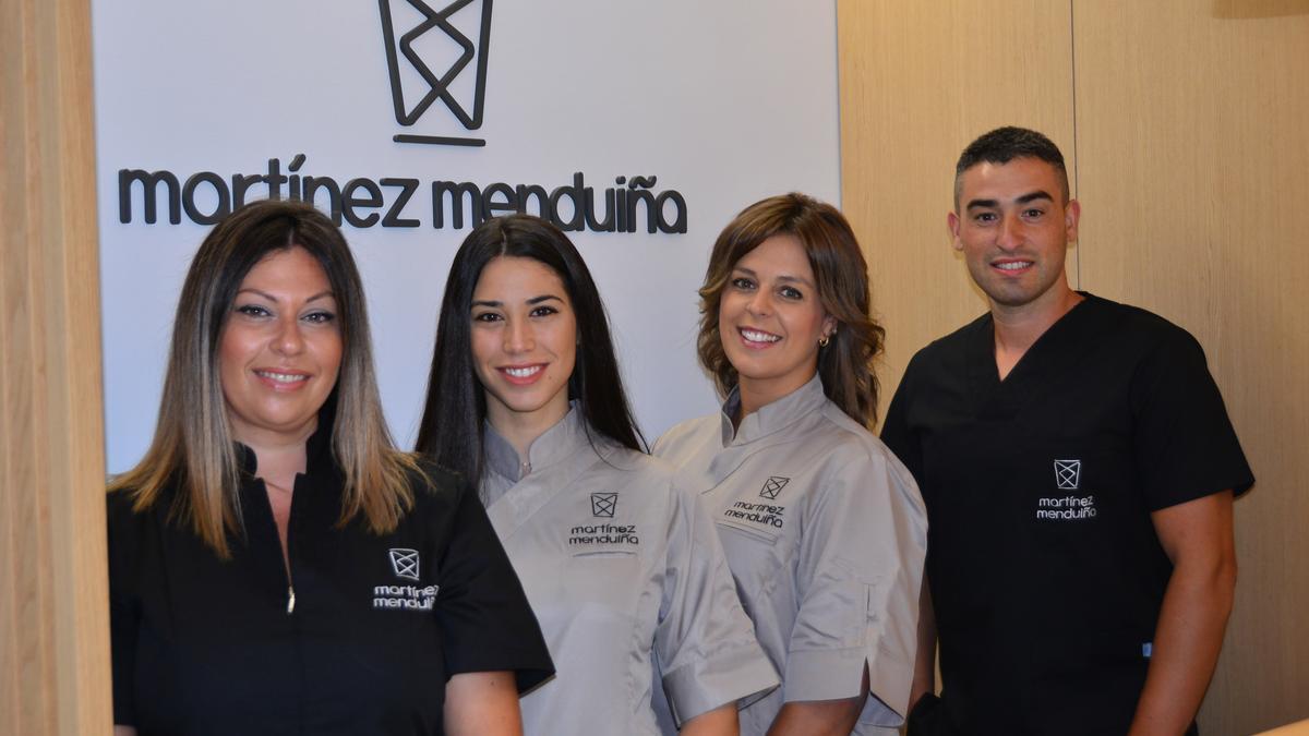 María, Laura, Miriam y Ángel, equipo de la clínica Martínez Menduiña, que abrirá sus puertas el lunes en la Calle Colón de Cangas.