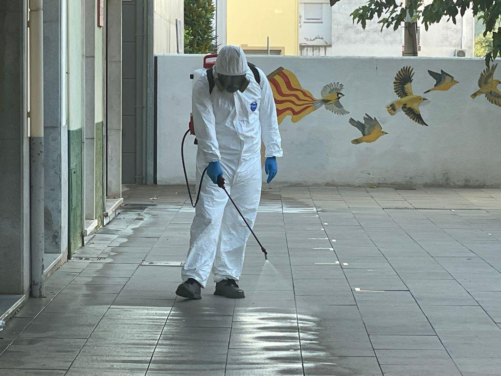 Fumigació de la plaça Nova de Vilobí i tancament d'un parc per una plaga de puces