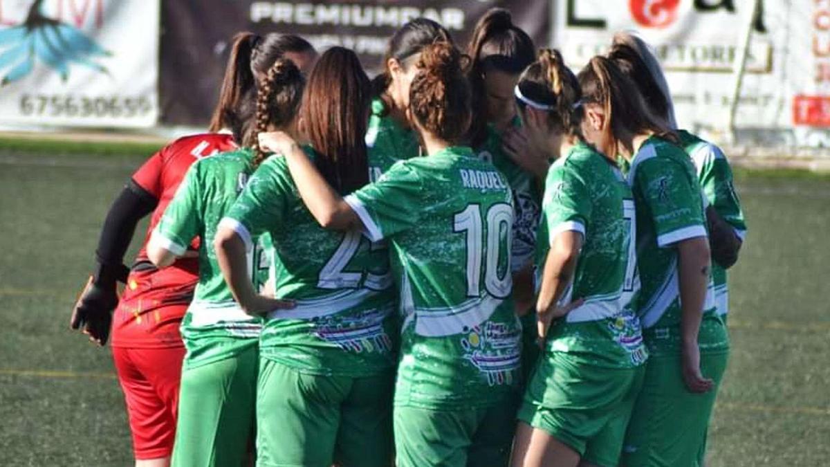 El equipo femenino del Puerto de la Torre minutos antes de disputar un partido de esta temporada.