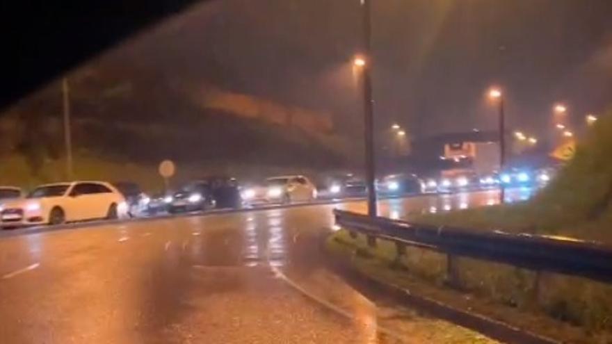 Hosteleros colapsan dos de los accesos a la ronda sur de Gijón