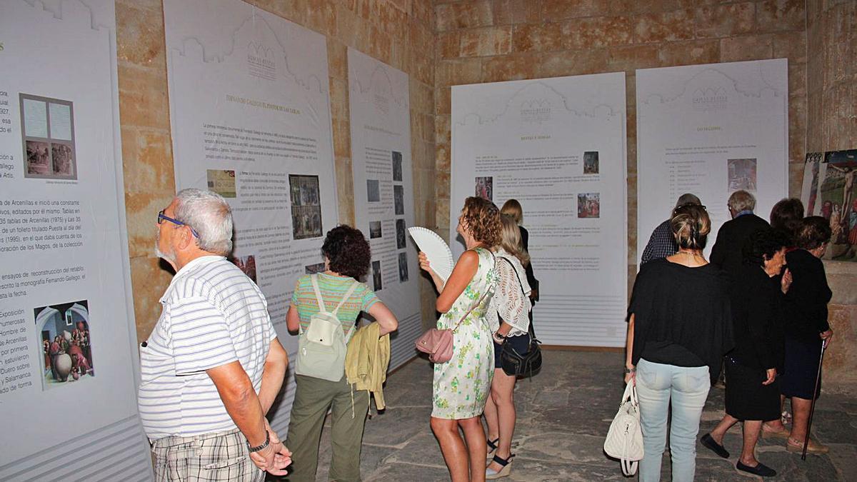 Visitantes en una exposición celebrada en la iglesia de Arcenillas sobre las tablas de Fernando Gallego. | L O. Z.