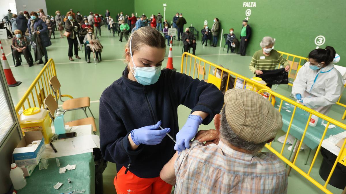 Un hombre es vacunado en Ciudad Rodrigo, Salamanca.