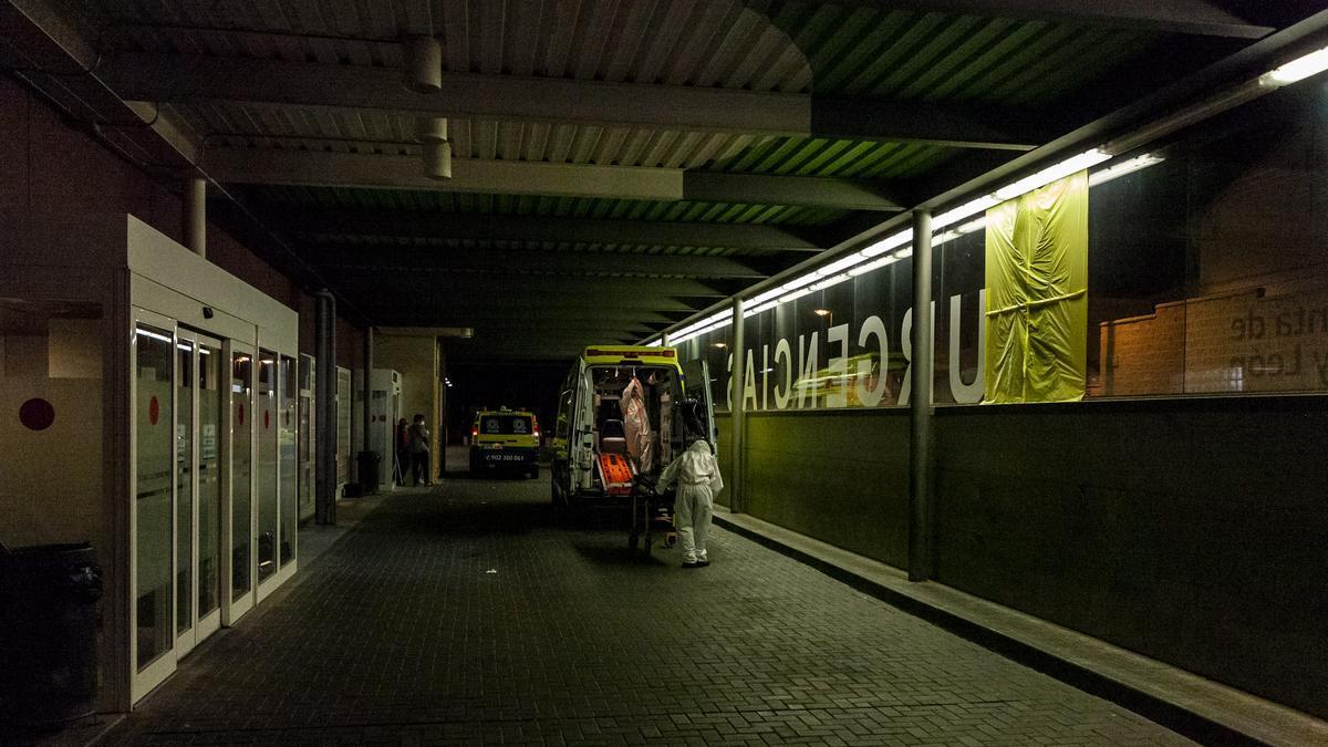 Una ambulancia en el servicio de Urgencias.