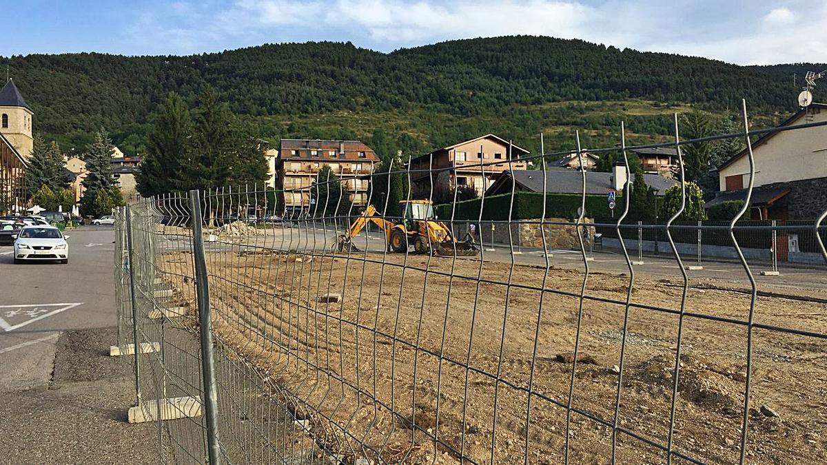 Les obres de remodelació del carrer Mancomunitat d'Alp per fer-ne un gran passeig   MIQUEL SPA