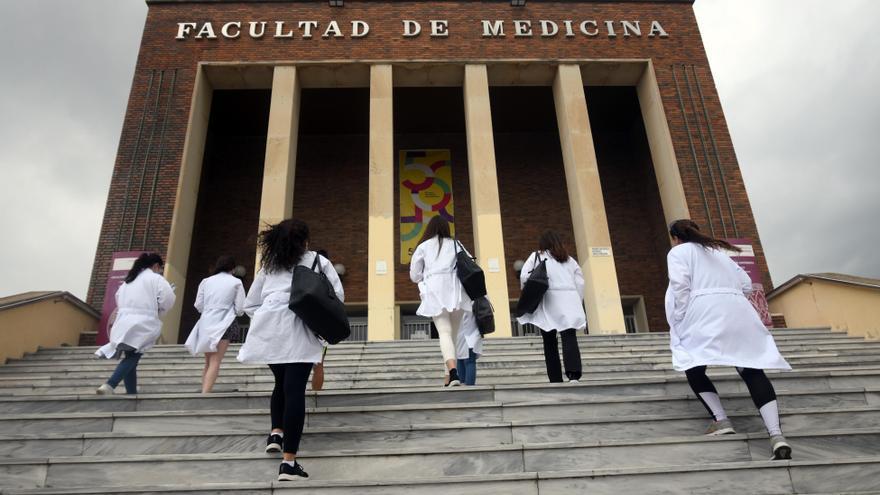 Las jubilaciones dejarán a la Facultad de Medicina sin la mitad de su profesorado en cinco años