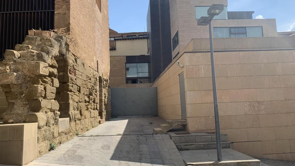 Acceso al ayuntamiento de Huesca por la calle Monsieur Boyrie