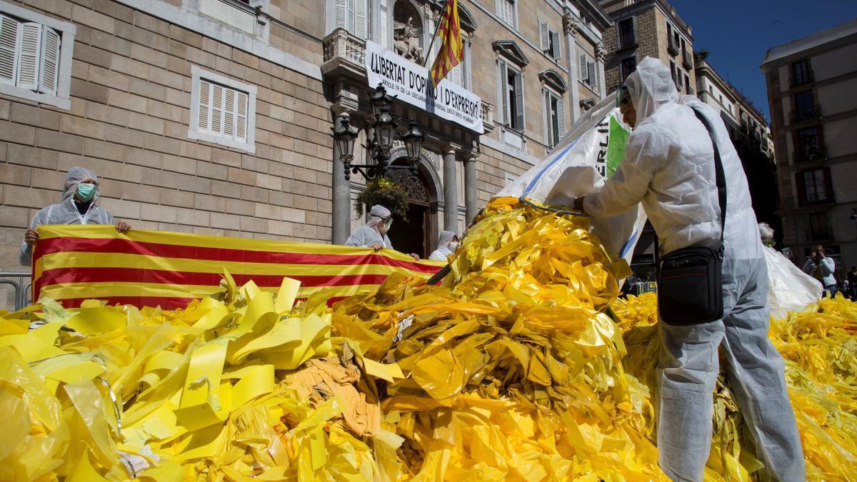 Un grupo contrario a la independencia deposita miles de lazos retirados ante la Generalitat de Cataluña, en una imagen de archivo.