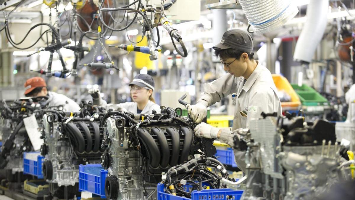 Varios trabajadores de la empresa de automóviles Mazda.