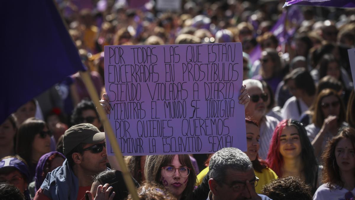 Imagen de archivo de una mujer que sostiene su pancarta con un mensaje de protesta en contra de la prostitución durante la manifestación por el Día Internacional de la Mujer en Sevilla en 2020