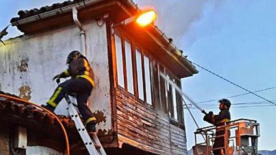 Un incendio calcina una casa de dos pisos en el pueblo de La Juncar, en Riosa