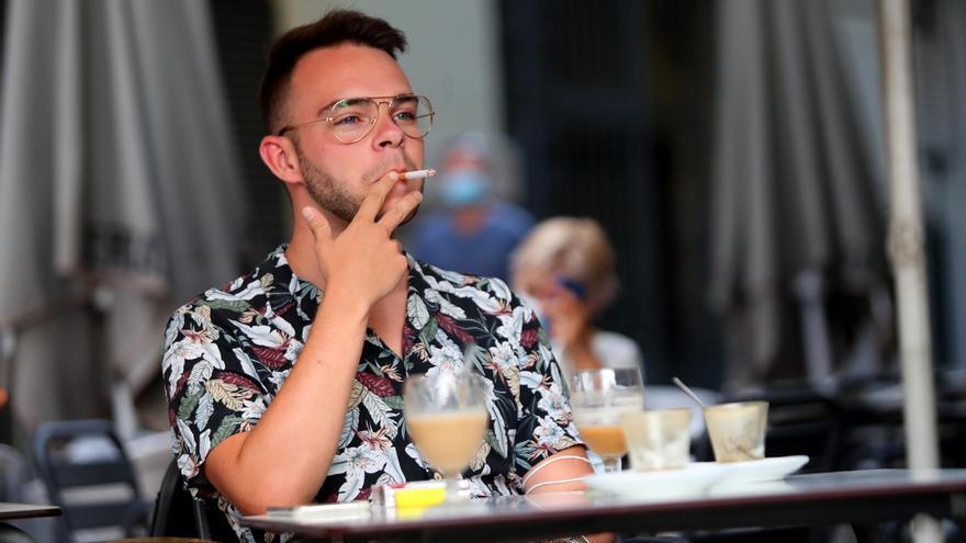 ¿Se puede fumar en las terrazas en la desescalada en la Comunitat Valenciana?