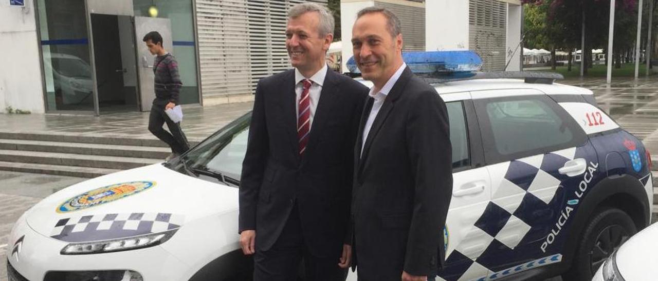 El alcalde de Soutomaior, Agustín Reguera (d.), con el vicepresidente de la Xunta, Alfonso Rueda, durante la entrega de uno de los vehículos de la Policía Local.